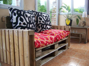 easy to made sofa pallet 2 300x225 DIY Pallet Furniture: Easy to do pallet sofa