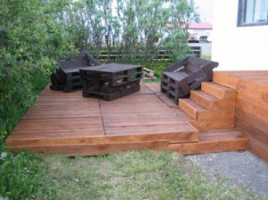 wooden flooring pallets DIY 300x224 Do a wooden deck with pallets