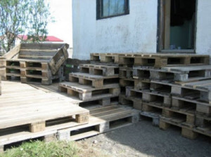wooden flooring pallets DIY 2 300x224 Do a wooden deck with pallets