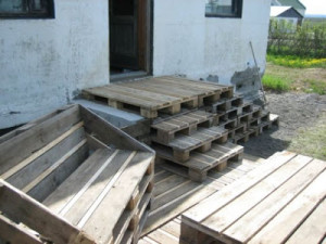 wooden flooring pallets DIY 3 300x225 Do a wooden deck with pallets