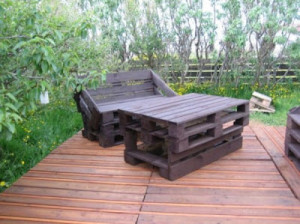 wooden flooring pallets DIY 6 300x224 Do a wooden deck with pallets
