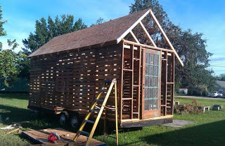 DIY_pallet_house_construction
