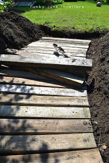 pallet path 4 Build your own garden path with pallets