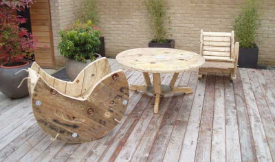rocking chair with wooden spool 2 Build a rocking chair with a wooden cable reel