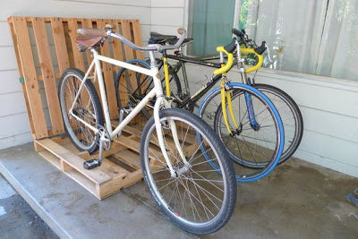 Build a bicycle parking lot on your porch with pallets