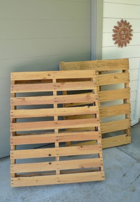 Build a bicycle parking lot on your porch with pallets_2