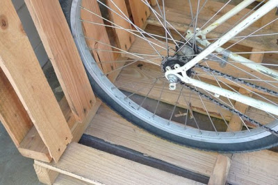 Build a bicycle parking lot on your porch with pallets_4