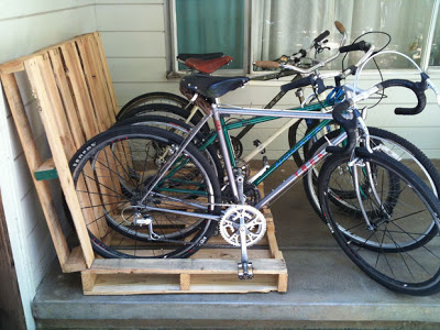 Build a bicycle parking lot on your porch with pallets_7