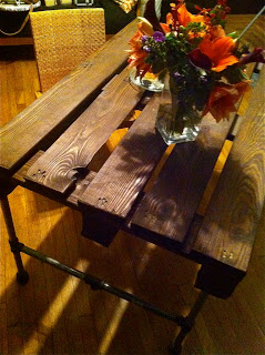 Build a table with a wooden pallet and some stainless steel pipes_5