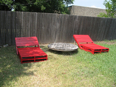 Build some lounge chairs for your garden with pallets