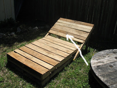 Build some lounge chairs for your garden with pallets 2 Build a sun