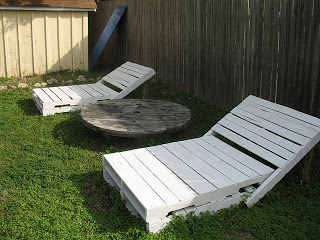 Build some lounge chairs for your garden with pallets_7