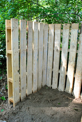 Build with pallets a deposit trash or compost bin for your garden Build with pallets a deposit trash or compost bin for your garden
