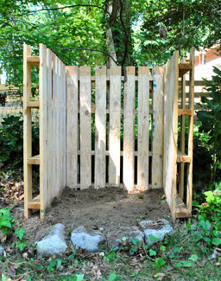 Build with pallets a deposit trash or compost bin for your garden_2
