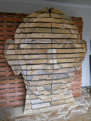 DIY_Human_head_design_made_of_wooden_pallets