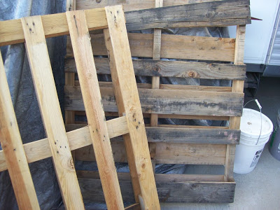 Decorate your garden on Halloween with a cemetery made of pallets_3