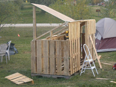 Make a paintball court with some recycled pallets_7