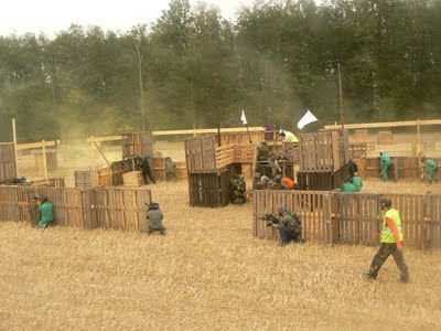 Make a paintball court with some recycled pallets_8