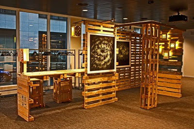 Stand for showing artwork and desktop all made with recycled pallets