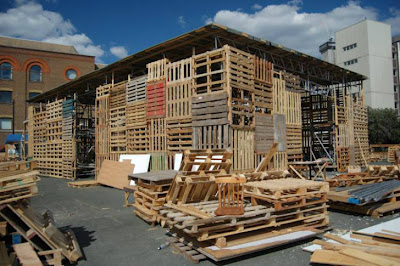 The Jellyfish Theatre in London, a temporal construction made ​​entirely with recycled pallets