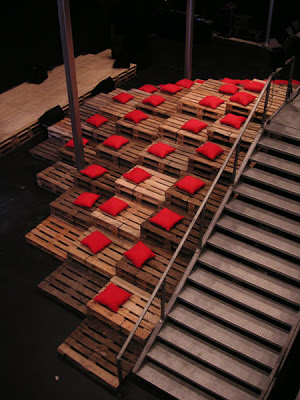 Theatre and bleachers made ​​entirely with recycled pallets and cost 0