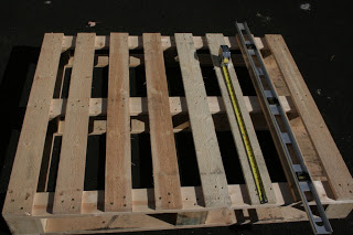 Hanging desktop made of pallets3