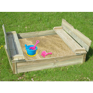 Sand box with wooden pallets made2