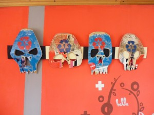 DIY music stand for guitar and skulls made ​​from recycled skateboards