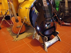 DIY music stand for guitar and skulls made ​​from recycled skateboards2