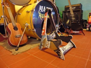 DIY music stand for guitar and skulls made ​​from recycled skateboards3