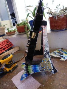 DIY music stand for guitar and skulls made ​​from recycled skateboards5