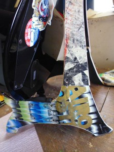 DIY music stand for guitar and skulls made ​​from recycled skateboards6