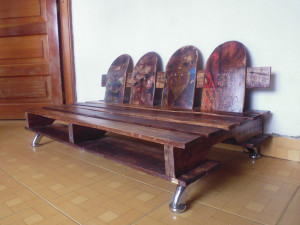 Sofa made ​​from recycled pallets and skateboards