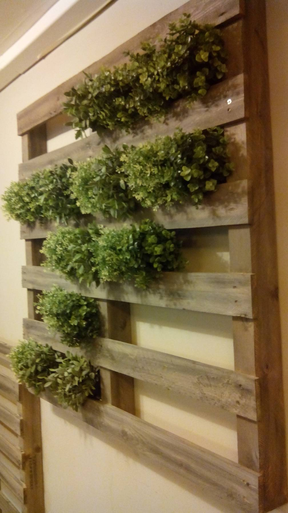 vertical garden made with palletsdiy pallet furniture. Black Bedroom Furniture Sets. Home Design Ideas
