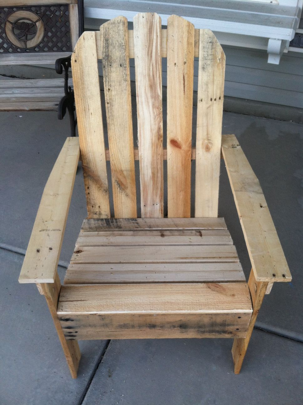 Pallet bookshelf and pallet outdoor chairdiy pallet for Chaise en palette