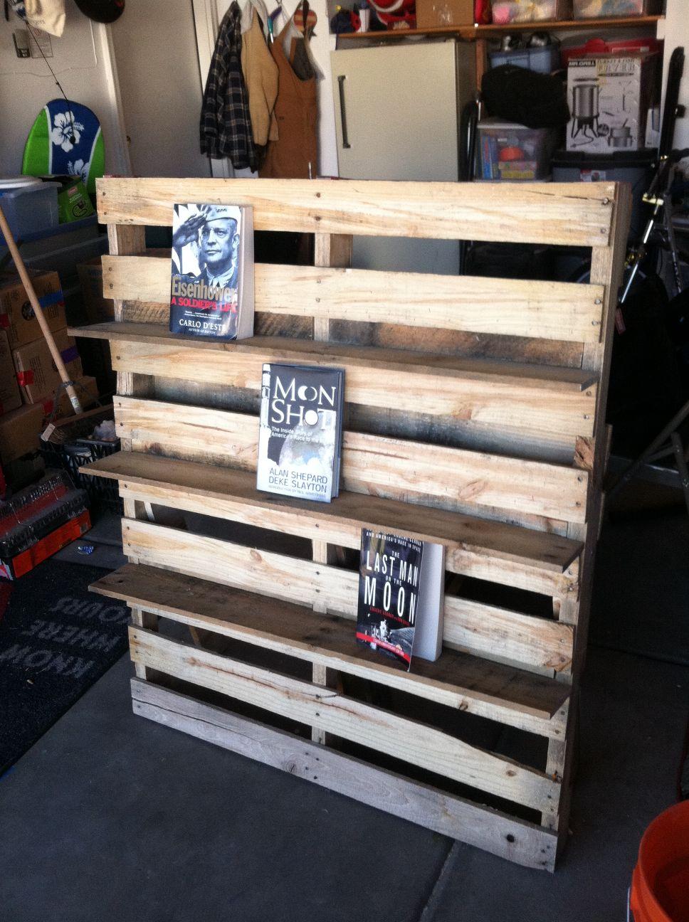 Pallet bookshelf and pallet outdoor chairdiy pallet - Bibliotheque en bois de palette ...