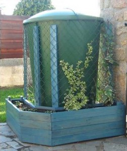 Planter made ​​of pallets to hide a water tank with climbing plants