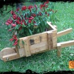 Planter with a wheelbarrow made ​​of pallets