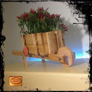 Planter with a wheelbarrow made ​​of pallets 3