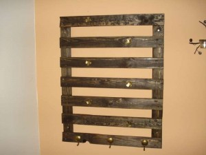 Rustic hanger made only with a single pallet