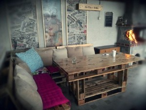 Step by Step instructions of how to make a table with 3 pallets