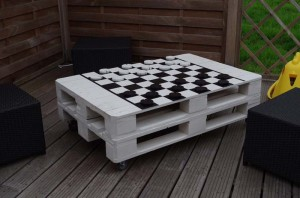 Table to play checkers or chess made with pallets
