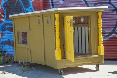 An artist creates mobile homes from pallets for homeless people 4 400x267 An artist creates mobile homes from pallets for homeless people