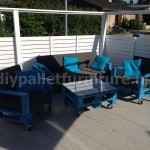 Garden kit furniture: outdoor sofa with pallets
