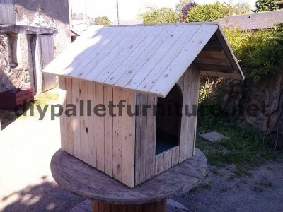 Manou's dog house with pallets 2