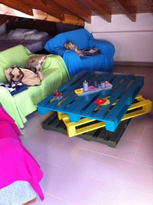Cheerful table for the living room made with pallets of various colors 10