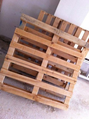 Cheerful table for the living room made with pallets of various colors 2