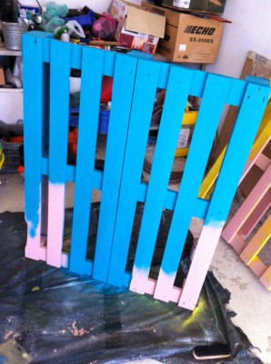 Cheerful table for the living room made with pallets of various colors 5