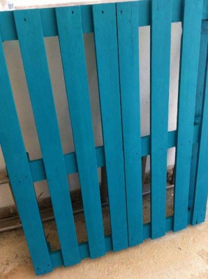 Cheerful table for the living room made with pallets of various colors 6