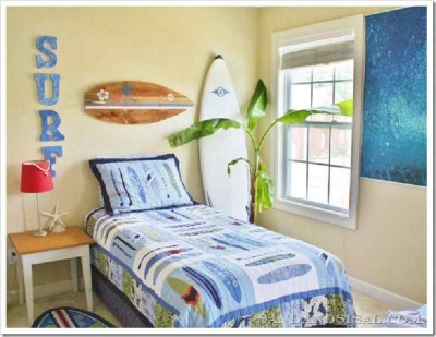Decorate your home with a surfboard made with pallets